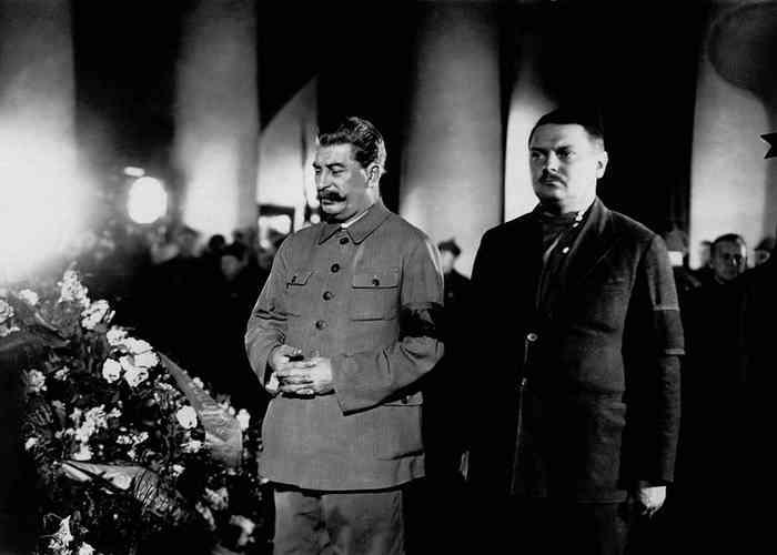 Сталин и Жданов у гроба Кирова.